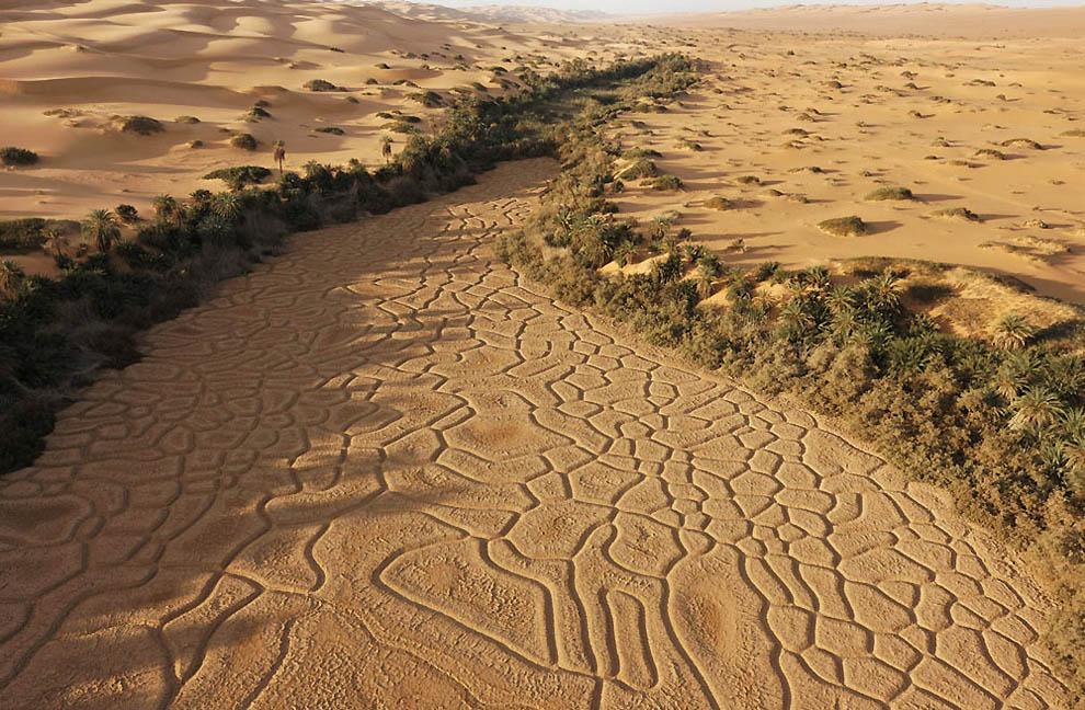 17. Высохшее озеро в 10 км к востоку от озера Умм аль-Маа в пустыне Убари. (George Steinmetz)