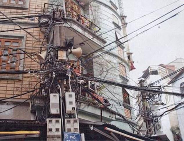3-е место — инсталляция из кабелей телефонной связи, освещения и, кажется, даже сетевого питания.