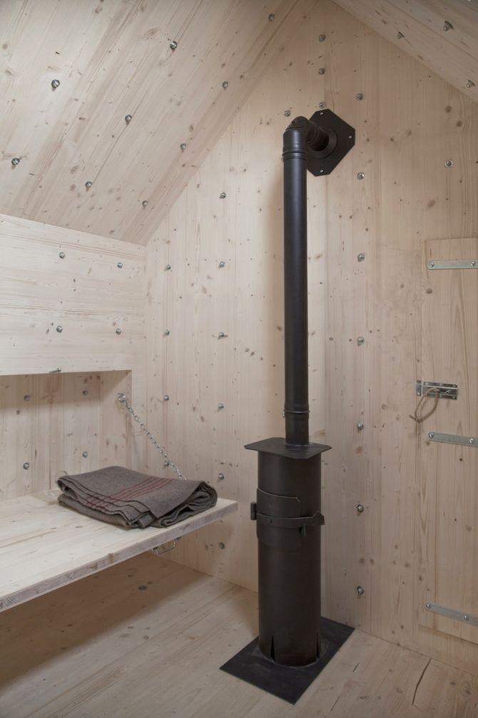 3. Внутри него есть печка-камин, чтобы согреться зимой.