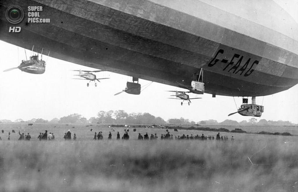 Октябрь 1926 года. Пара самолётов Gloster Grebe по бокам британского военного дирижабля R33. (De