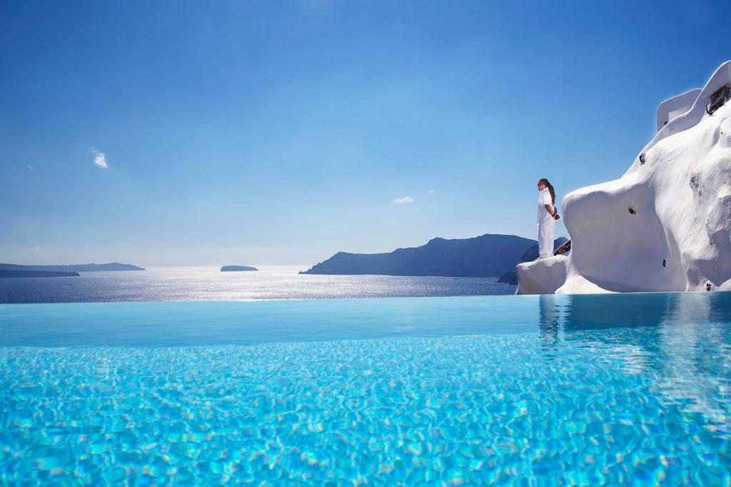 Абсолютно белый отель, с террас и из бассейнов которого открывается один из самых красивых видов