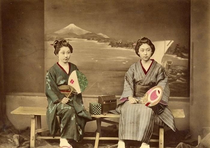 Прическа гейши Девушка смотрится в два зеркала, оценивая безукоризненность своей прически.