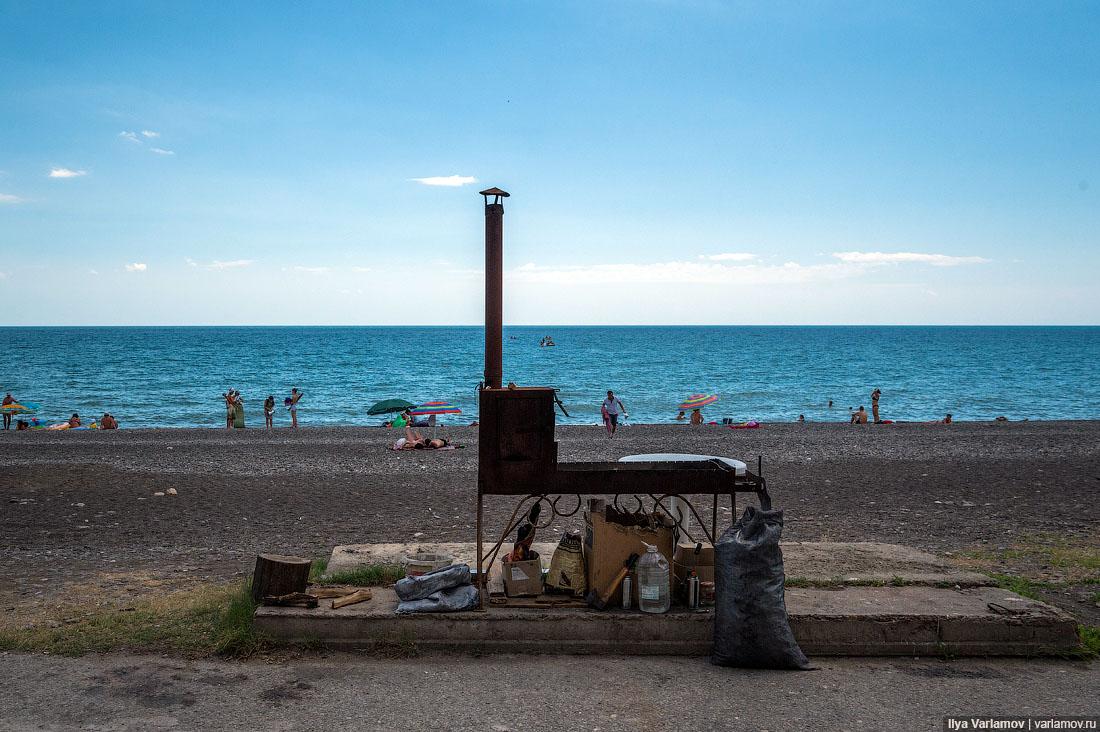 08. Какие-то полусгнившие трущобы вдоль моря, вонь от местных тошниловок, свалки и мусор, грязное мо