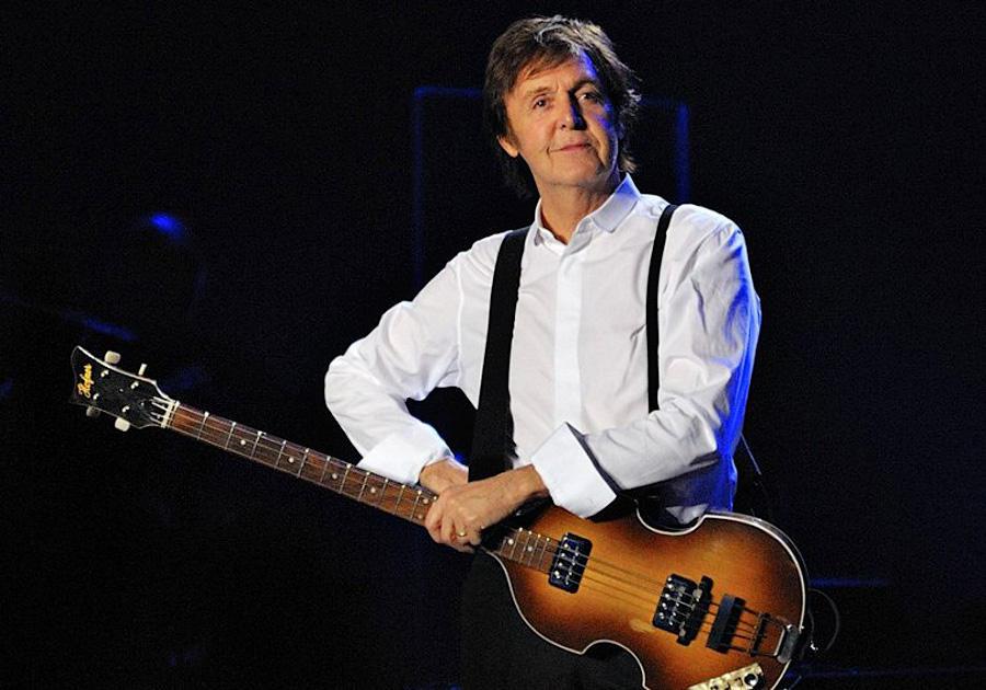 На концерте в Болонье, Италия, 26 ноября 2011 года.