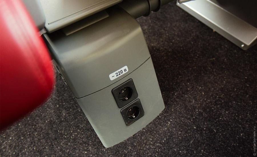 8. У каждого кресла есть своя электрическая розетка. На самом деле в вагонах первого класса на каждо