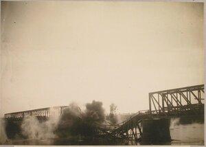 Взрыв подрывной командой бригады пешей переправы и моста через реку Сан (при отходе частей русской армии).
