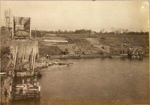 Солдаты спускают на воду третий ряж.