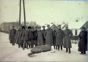 Группа чинов бригады у 42 см. снаряда.