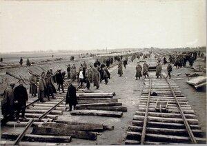 Солдаты во время рихтовки уложенных путей.