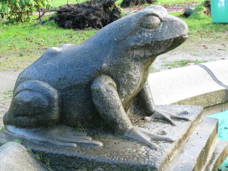 Der Frosch vom Froschbrunnen im Carlisle-Park von der linken Seite (Flensburg 2013)