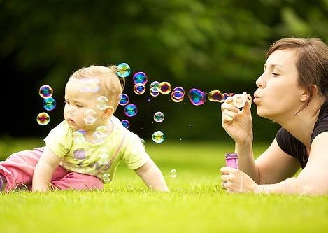 Мама с малышом вместе играют