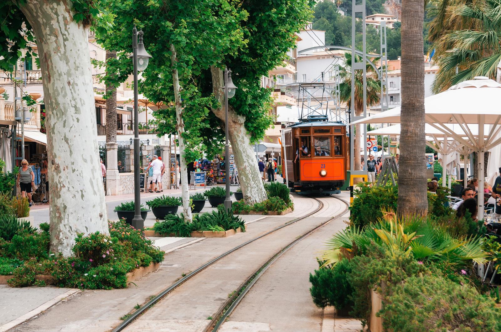 Между Сольером и Порт-де-Сольером курсирует трамвай.