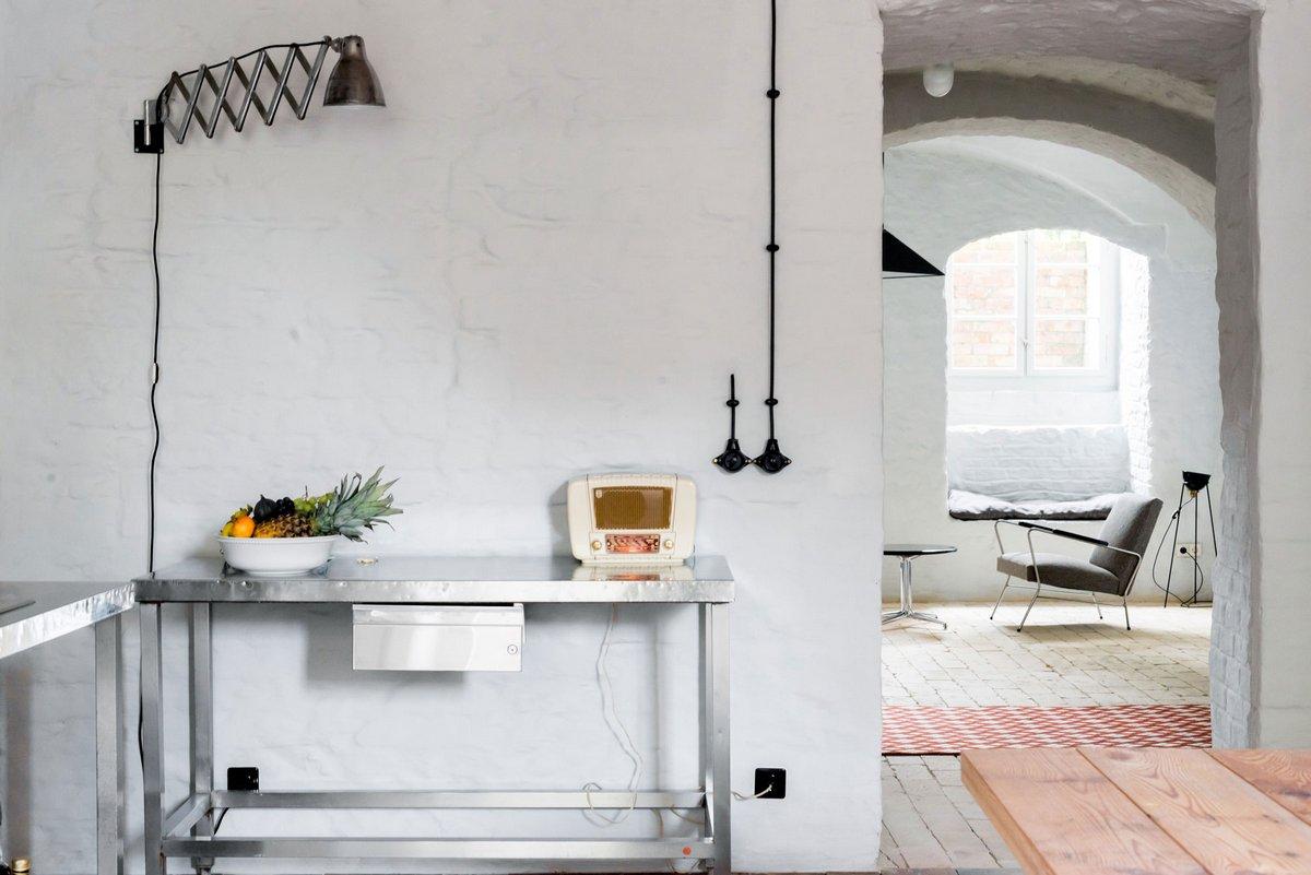 Loft Szczecin, Summer Apartment Near Berlin, сводчатый потолок, стены из крашеного кирпича, пол в доме из кирпичей, реконструкция старого дома фото