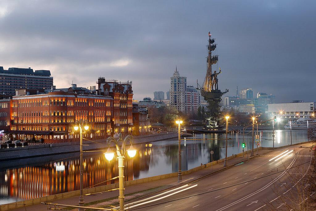Утро на набережной Москва-реки.