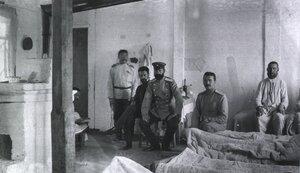 Полевой подвижный госпиталь No. 84. Главный хирург в палате с больными
