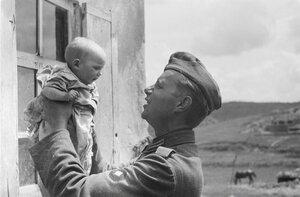 Франц Грассер с русским ребенком