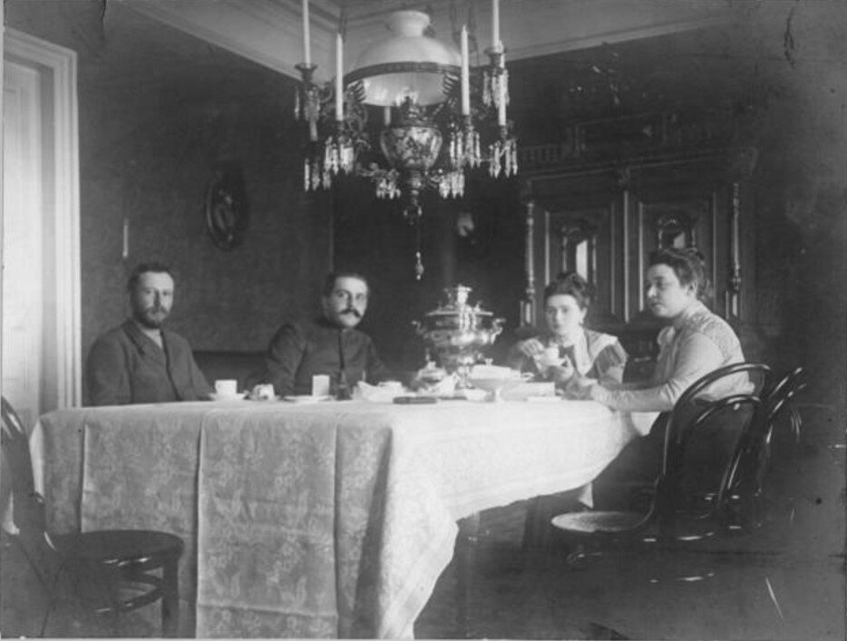 1910-е. За обеденным столом