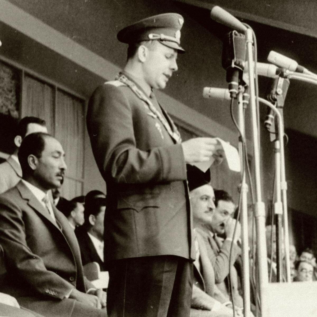 07.02. Гагарин выступает в Каирском университете. Справа президент Египта Гамаль Абдель Насер, сзади — Анвар Садат