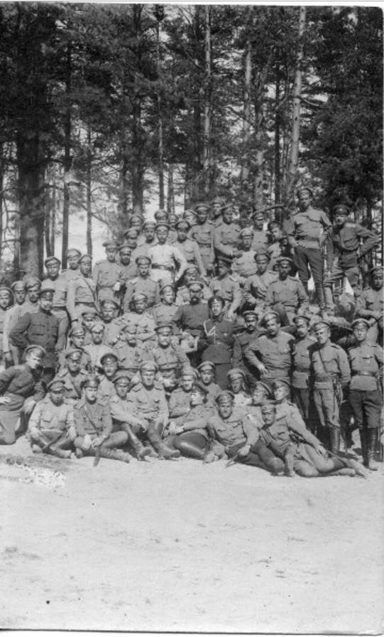 В центре верхнего ряда, позади всех — поручик Сергей Александрович Аннин. Во втором ряду в центре — полковник Павел Васильевич Чудинов