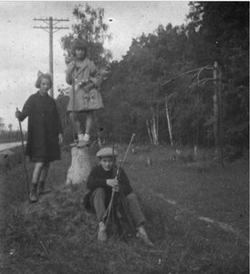 Трое детей на обочине дороги