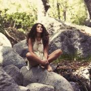 Девушка на камне