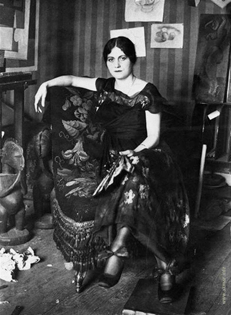 012_Olga-Khokhlova-Picasso-in-Armchair_1917.jpg