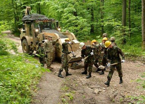 Военные США и Молдовы отремонтировали дорогу к монастырю