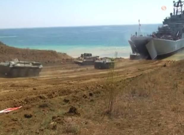 Военные учения под носом у отдыхающих: Немногочисленные туристы в Крыму жалуются, что Путин испортил им отпуск