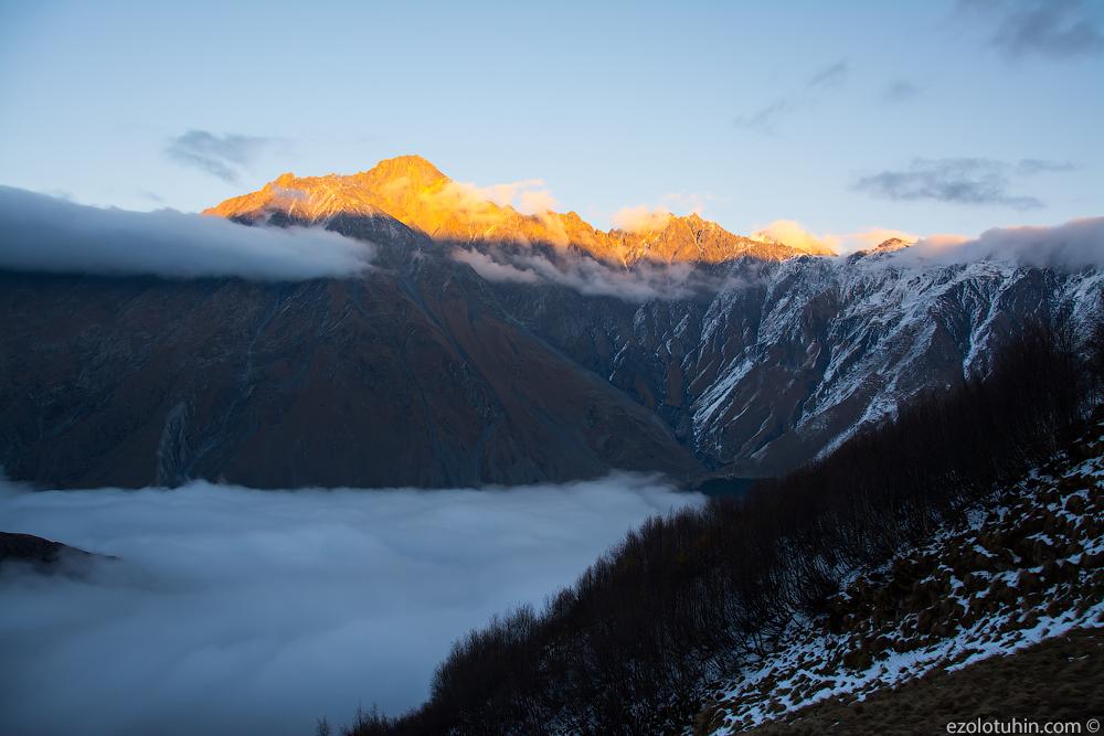 Закат в облаках у подножия Казбека