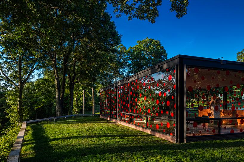 Стеклянный дом в «горошек» от Yayoi Kusama