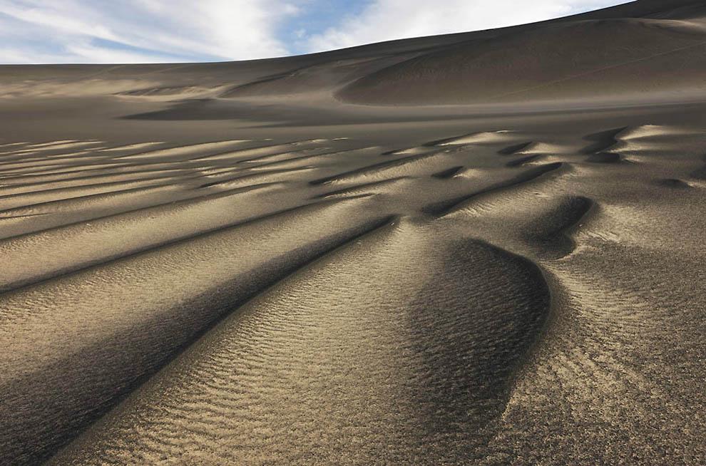 2. Волнистый вулканический песок внутри кратера вулкана Вау-ан-Намус. (George Steinmetz)