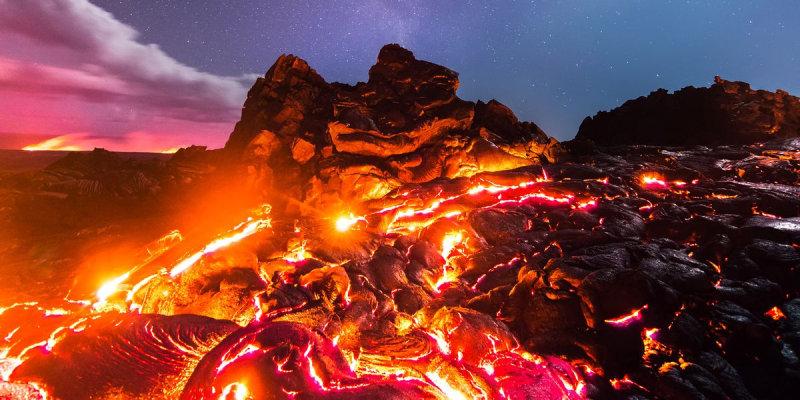 Американскому фотографу Майклу Мезьюлу удалось сделать фотографию, запечатлевшую лаву, Луну, метеор