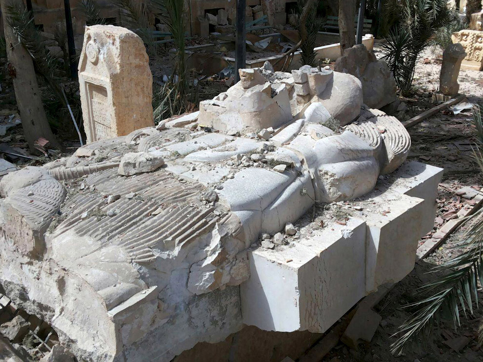 11. Сирийские солдаты у полуразрушенного дворцового комплекса в Пальмире.