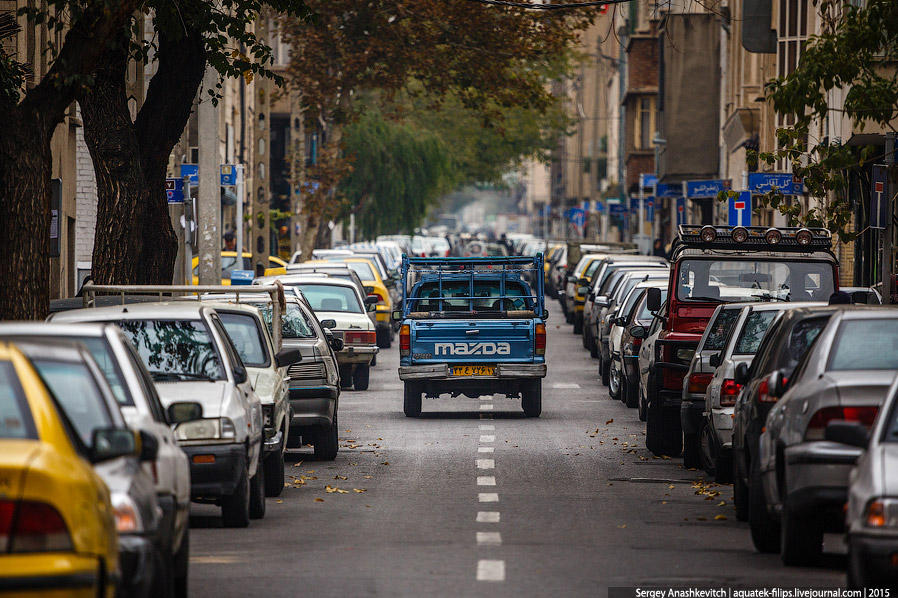 25. Тегеран забит не только людьми и мотороллерами, но и машинами. Автопарк, на 80% состоит из машин