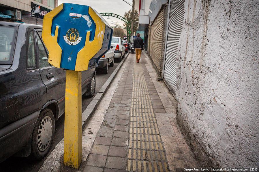 10. Такими сине-желтыми ящиками наполнены все города в Иране. Их даже больше, чем урн. Это ящики для