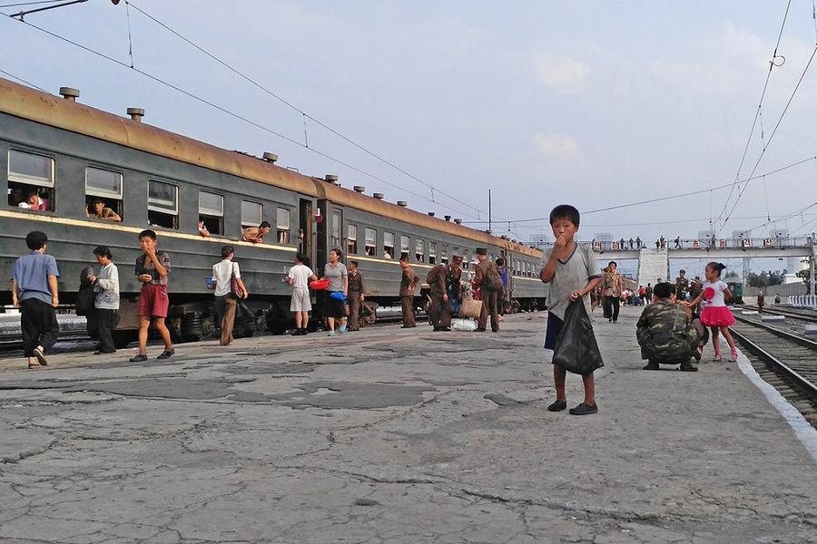 1. Маленький мальчик просит еды на платформе железнодорожного вокзала Хамхын