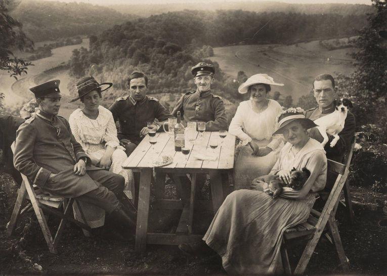 13. Офицеры ВВС Германии на пикнике с друзьями, 1918 год.