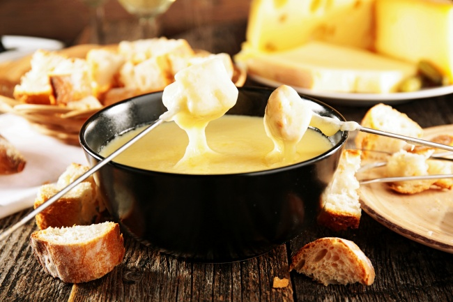 Фондю Ингредиенты: 250 г сыра грюйер 100 г сыра эмменталь 150 мл сухого белого вина 1 ст. л. кирша (
