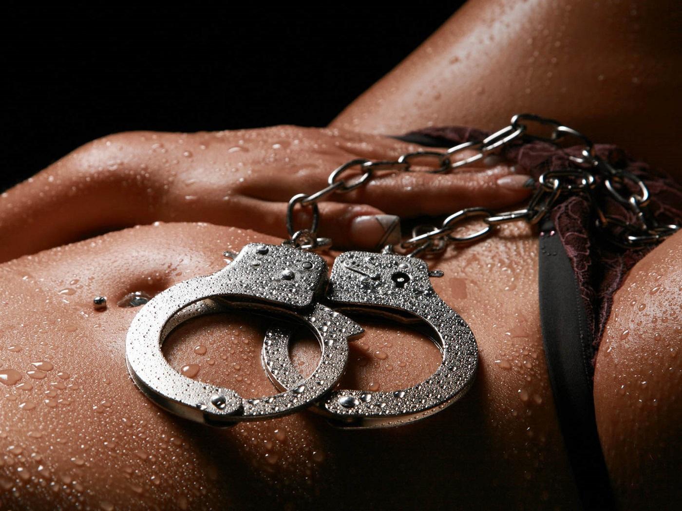 Эротические фото мужчины в наручниках 7 фотография