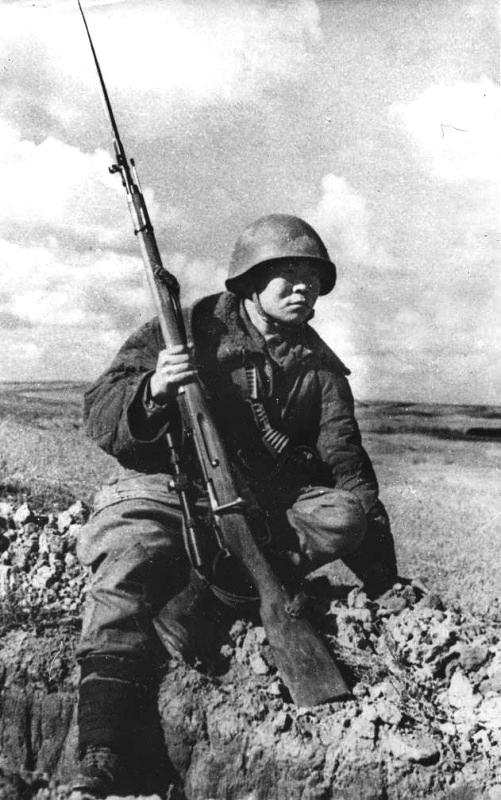 Снайпер 71-й гвард. сд Максим Пассар. Нанаец, снайпер, уничтожил свыше 230 гитлеровцев. Погиб 17 января 1943 года.jpg