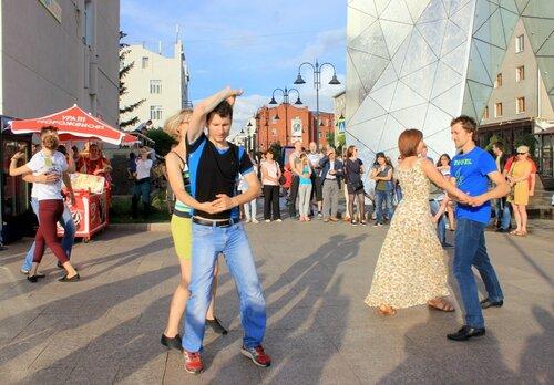 Уличные танцы.