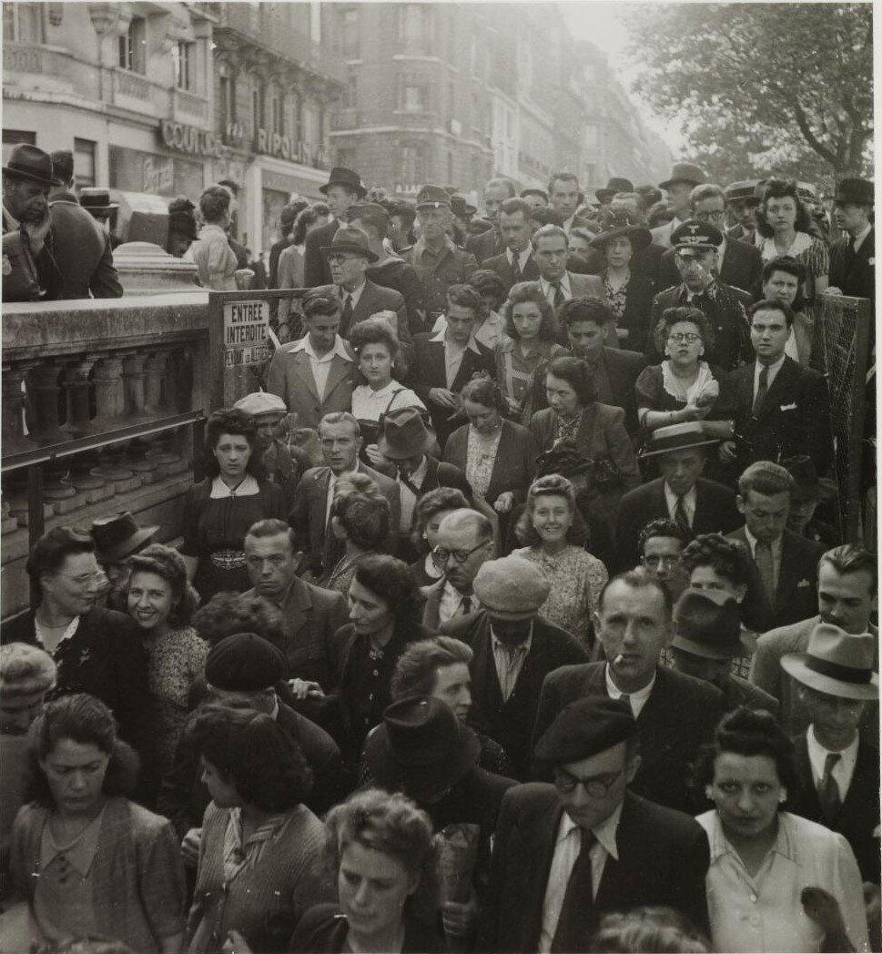 Толпа у входа на станцию метро Георг V на Елисейских полях