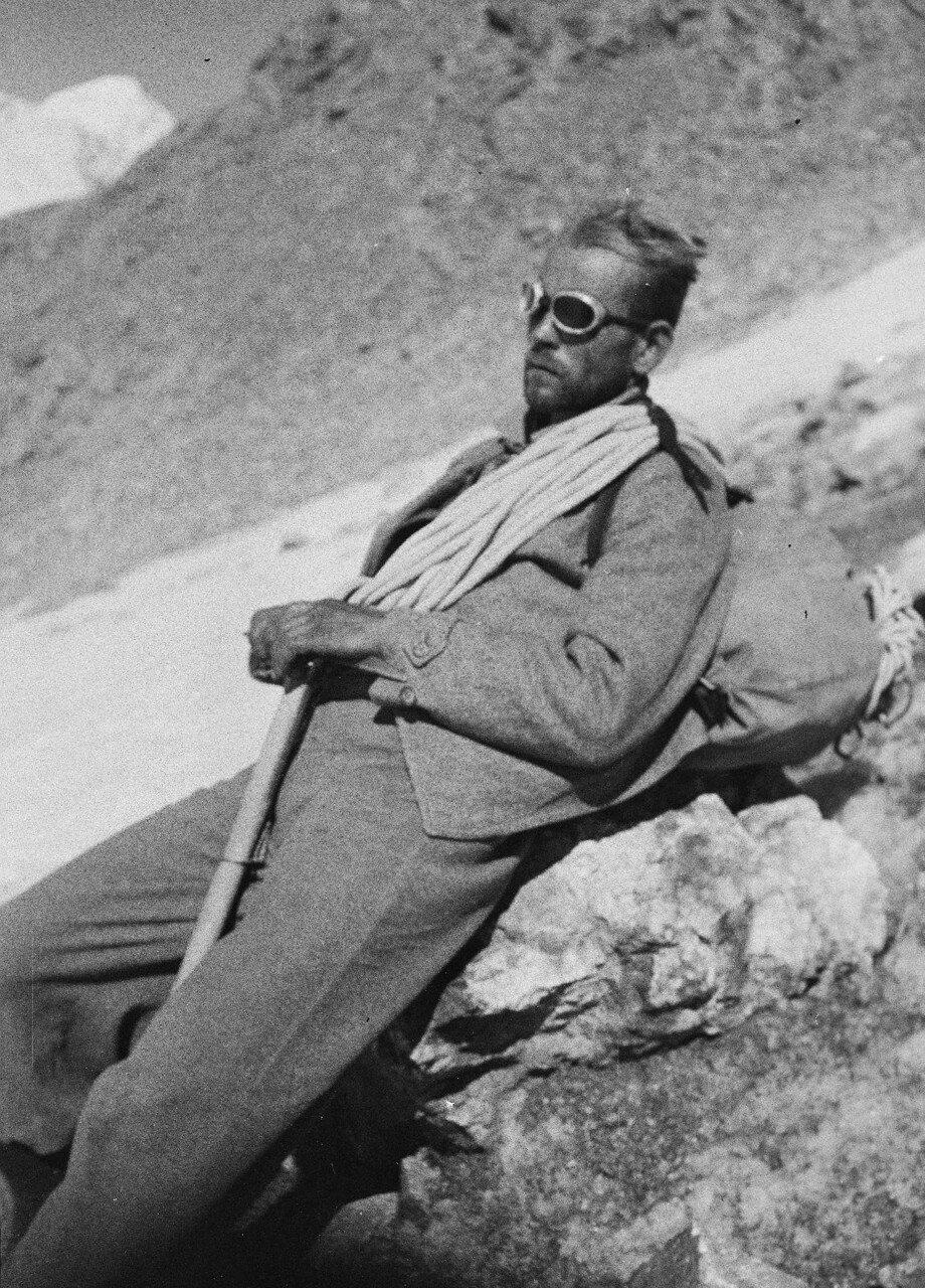 23 августа. Группа II. Фриц Гроссман с ледорубом, веревкой и рюкзаком на привале (вероятно, во время спуска с Дых-тау)