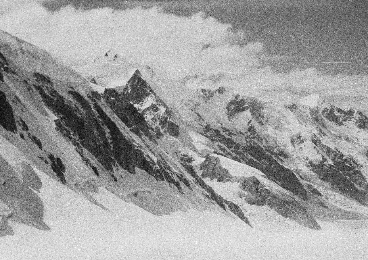 28 августа. Группа II. Экспедиция по поиску пропавшего Эдди Тусила. Восточный рукав глетчера Безенги. Вид на запад на Шхару и Джанги-Тау (5038 м)