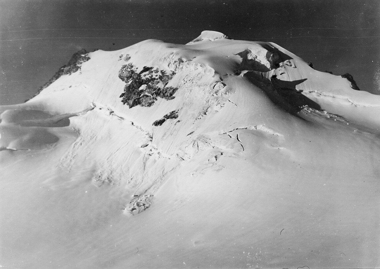 19 августа. Группа III. Безымянная гора (4054 метров) к юго-западу от Фитнаргин-тау. Первое восхождение Ганса Доната, Ганса Дамма и Рудольфа Ландграфа. Вид с северо-востока