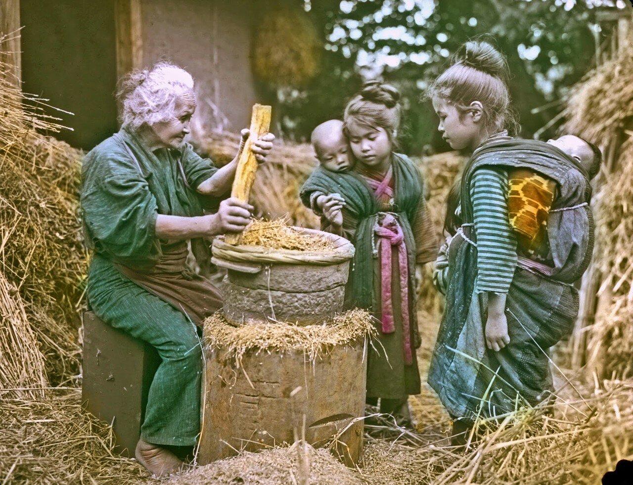 Женщина толчет зерно. 1910