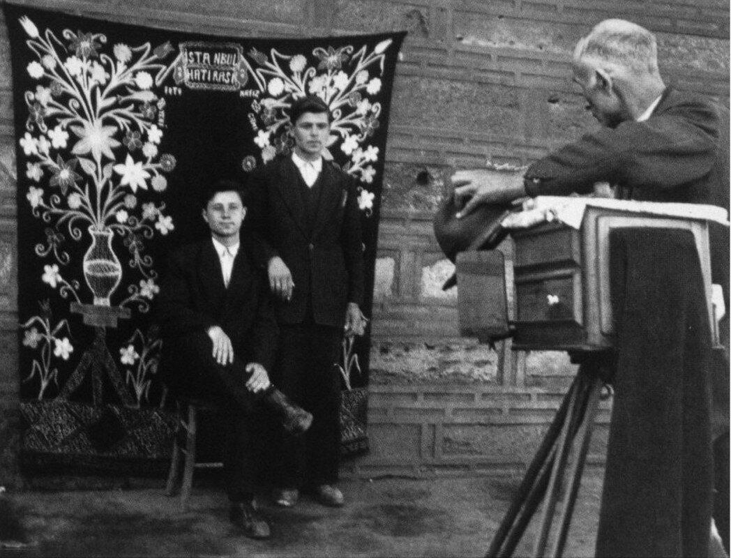 1953. Двое мужчин позируют для уличного фотографа, Стамбул