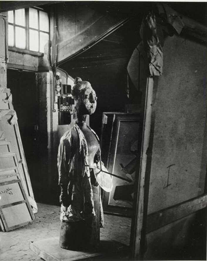 1946. Женщина с палитрой в мастерской на улице Гранд-Огюстэн