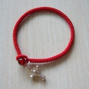 Красный браслет