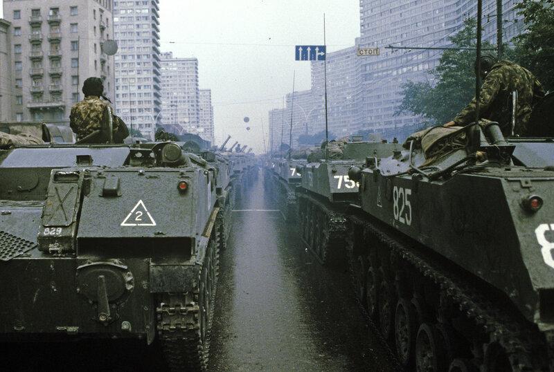 1991 Танки на Калининском проспекте.jpg